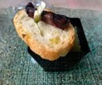 Crema de guisantes a la menta con butifarra negra y flor de acacia