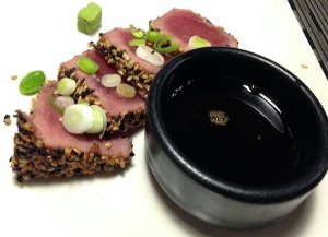 Tataki de atun rojo con dos sesamos, huevas de wasabi y reduccion de soja y miel