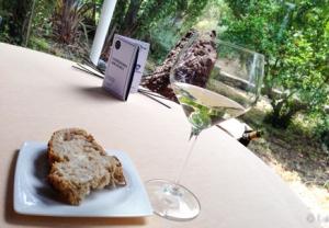 mesa con pan y vino