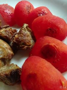 Rodaballo, alcachofas, tomate, regaliz detalle
