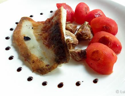 Rodaballo, alcachofas, tomate, regaliz