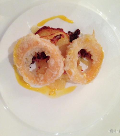Calamares a la romana de huevo frito con morcilla de cebolla