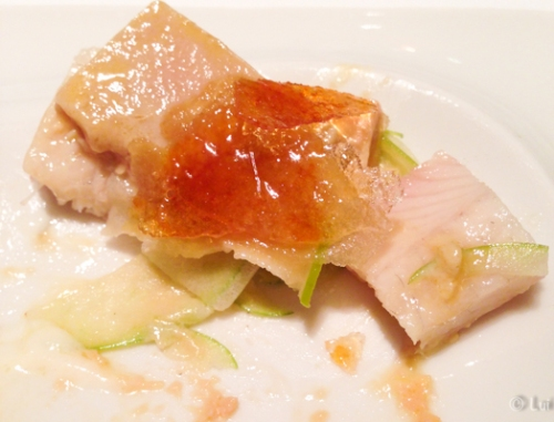 Mil hojas de foei con anguila caramelizada con crema de cebolla