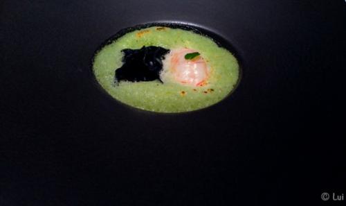 Ravioli de cigala con yogurt a las finas hierbas, zumo espumoso de jamón y albahaca