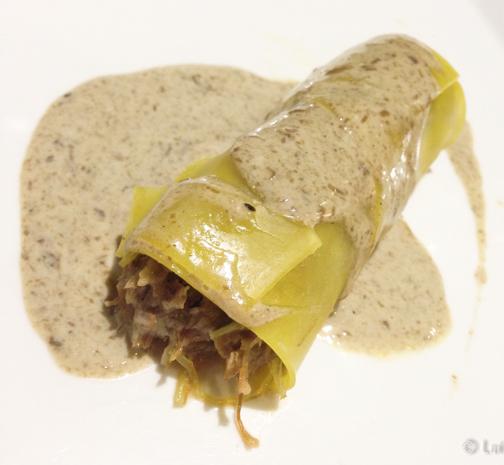Canelon de rabo de toro y bogavante con salsa de ceps
