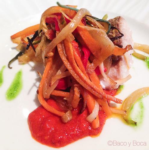 Denton con verduras escalivadas sobre salsa de tomate