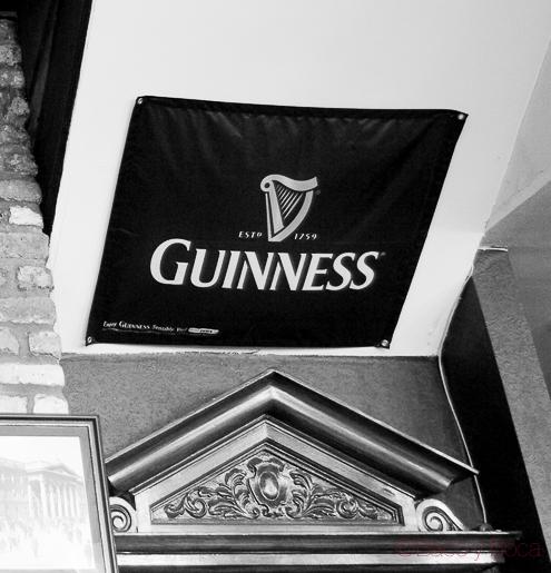 cartel guinness interior arthurs pub dublin irlanda