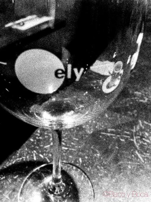 copa vino blanco y negro en Elywine restaurante dublin irlanda Filete de buey de macerado 28 dias ecologico con huevo ecologico