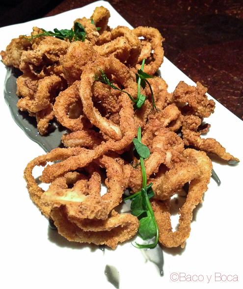 Crisp calamari rings & squid ink alioli calamares crujientes con alioli de su tinta en Elywine restaurante dublin irlanda