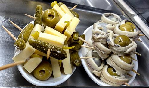 Gilda banderilla queso, pepinillos, boquerones, cebolletas en el celler 1912 vermuteria hospitalet