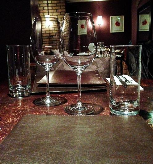 Mesa servicio restaurante Ely Wines Dublin Irlanda