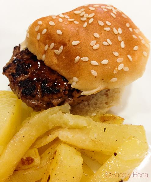Mini pan de hamburguesa con carne picada de ternera, queso, pepino y cebolla acompañado de mini patatas fritas_
