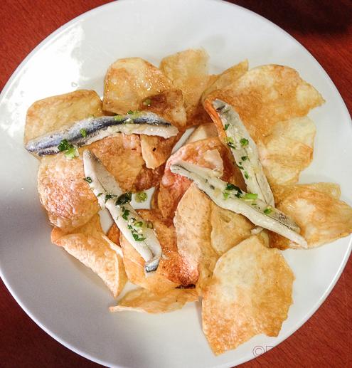 Patatas chips caseras, boquerones sal fina y gorda, aceite y vinagre
