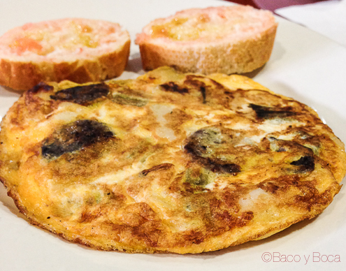 Tortilla de l'Avui con calçots del parc agrari del Baix Llobregat KM0-y morcilla