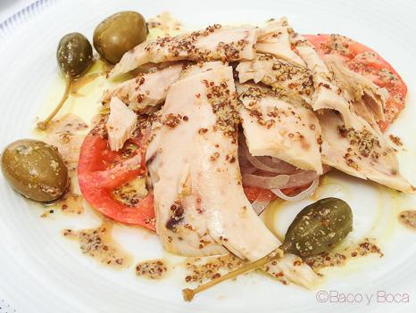 Ensalada de tomate de temporada con ventresca y cebolla tierna en terraza de restaurant Maritim Barcelona