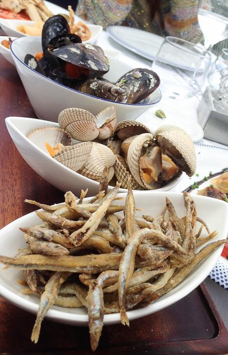 Pica pica maritim berberechos, pescadito frito, mejillones terraza de restaurant Maritim Barcelona
