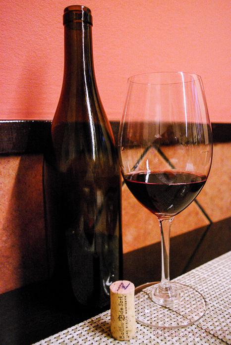 Botella sin etiqueta, corcho y copa Batlliu de sort para el Menu maridaje Sucapa