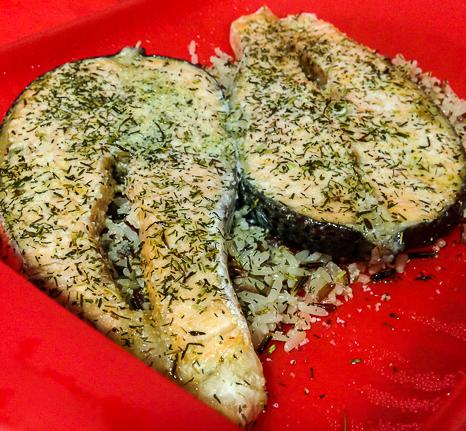 Salmón cocinado con hierbas en estuche silicona Lekue