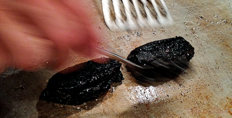 croquetas negras de calamar en la plancha