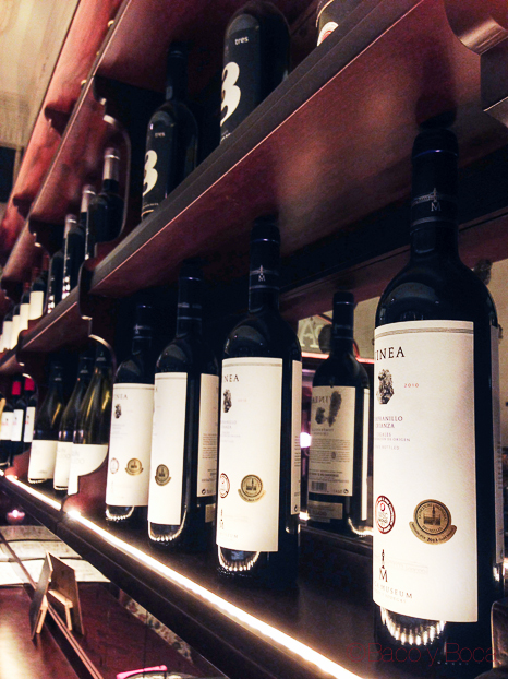 estanteria vinos restaurante reñe