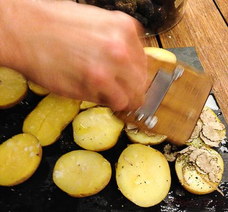 rayando la trufa de verano con patatas