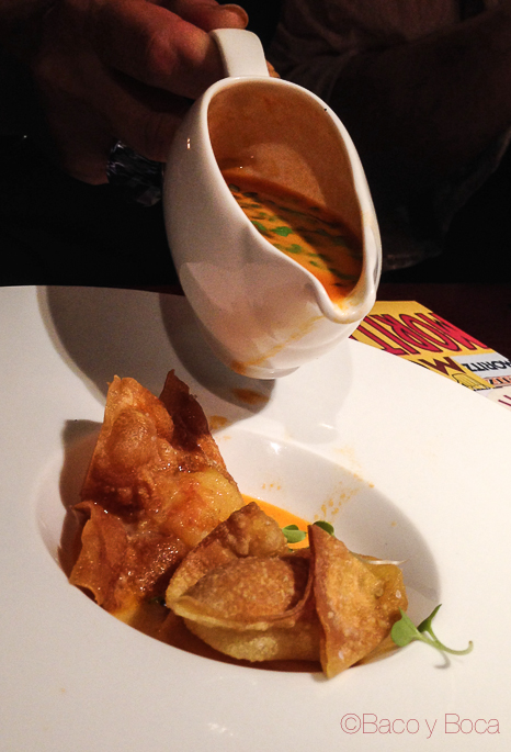 Sirviendo salsa en Saquitos rellenos de gamba con tum yum restaurante reñe
