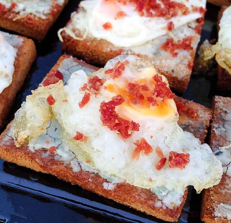 montaditos-de-crujiente-de-jamon-con-huevo-de-codorniz-establiments-planes-baco-y-boca