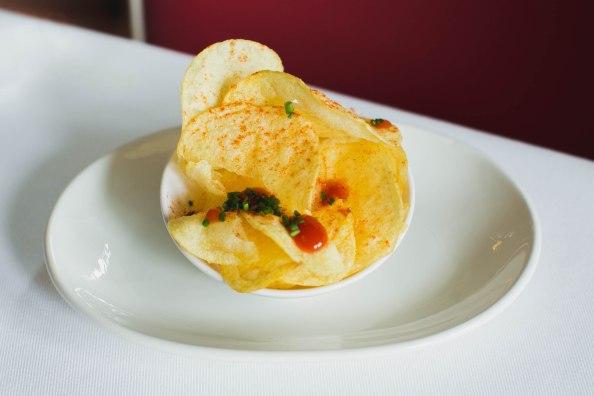 6. (DICIEMBRE) Las patatas chips caseras y calentitas con shiraccha pivcante y flor de sal