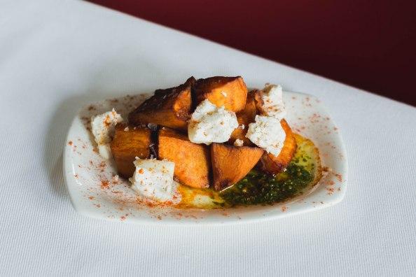 7. (ENERO) Bravas de boniato al pesto de albahaca y virutas de queso de cabra