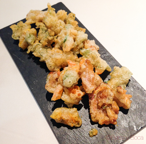 entrante de tempura de flores y hierbas del jardín la calendula baco y boca