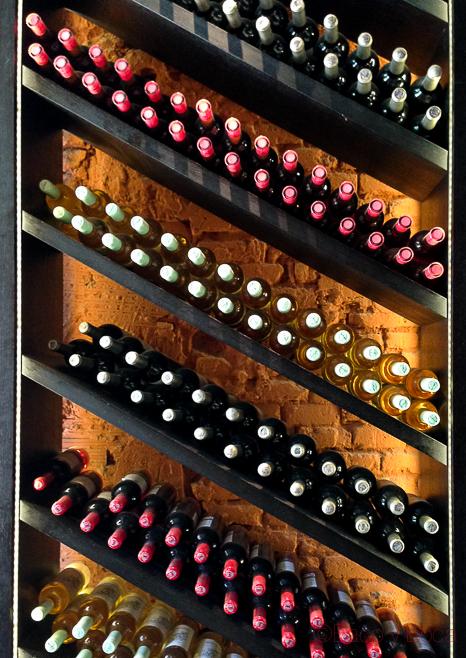 estanteria vinos masqmenos baco y boca