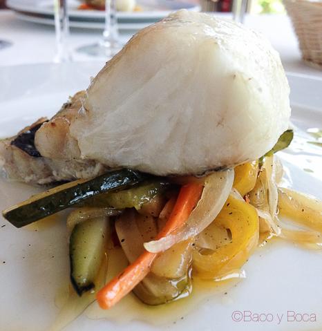 Merluza al Horno con verduras al wok y alioli la peni molins de rei Baco y Boca