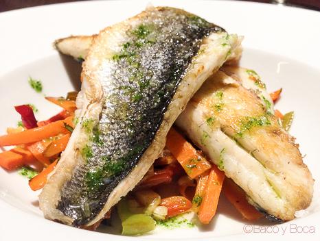 Lubina a la plancha con verduras en juliana Restaurante Malgam Baco y boca