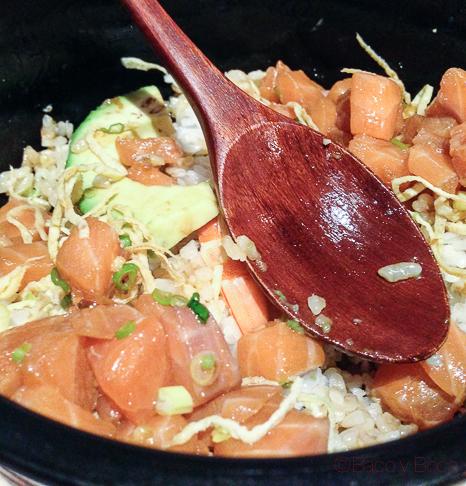 Chirasi sushi Arroz cubierto de salmón, aguacate, langostino y huevo rallado Koryo baco y boca