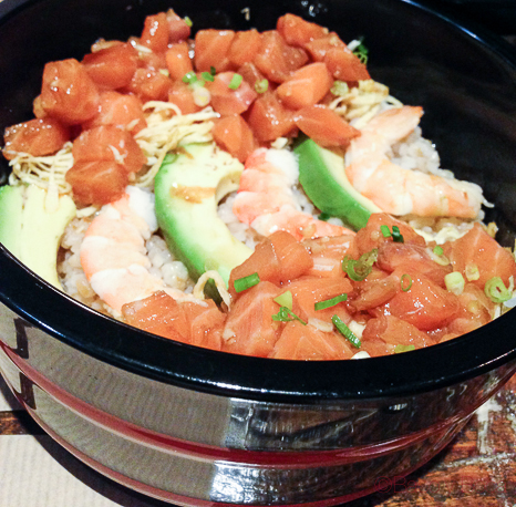 Chirasi sushi- Arroz cubierto de salmón, aguacate, langostino y huevo rallado Koryo baco y boca