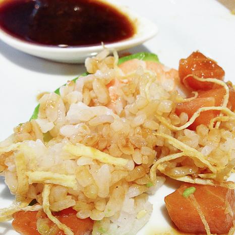 Chirasi sushi Arroz salmón, aguacate, langostino y huevo rallado Koryo baco y boca