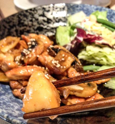 Tori no teriyaki Pollo a la plancha en salsa de soja con verduras Koryo baco y boca