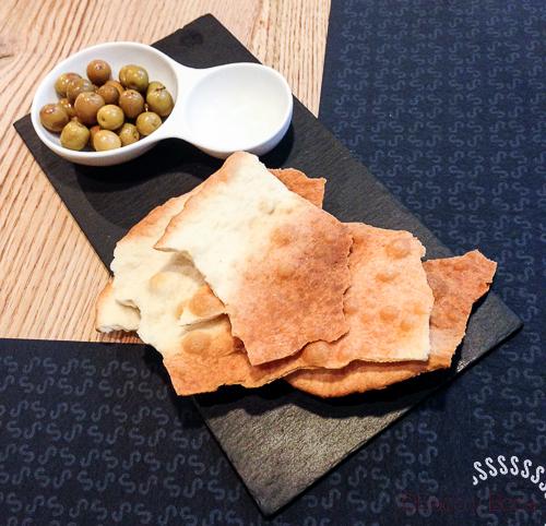 aperitivo olvivas y pan de aceite Singular Baco y Boca