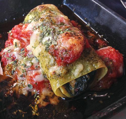 Canelon de verduras ecologicas tomate confitado parmesano y pesto abrassame las arenas baco y boca