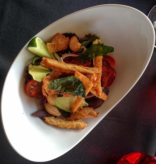 Ensalada de pollo crujiente con anacardos, aguacate, chips de verduras y chutney de tomate y jengibre abrassame las arenas baco y boca
