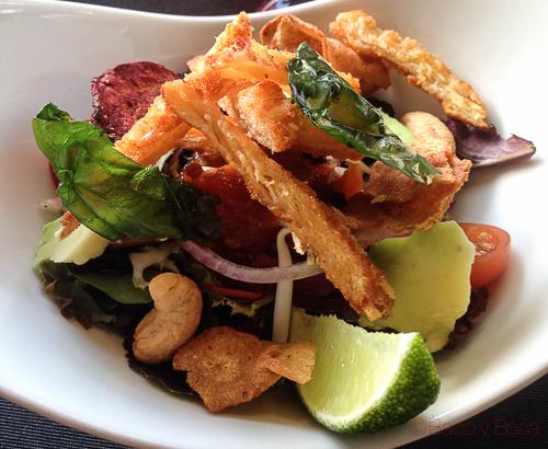 Ensalada pollo crujiente con anacardos, aguacate, chips de verduras y chutney de tomate y jengibre abrassame las arenas baco y boca