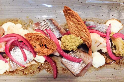 sardina ahumada con yogur y coliflor en Singular Baco y Boca