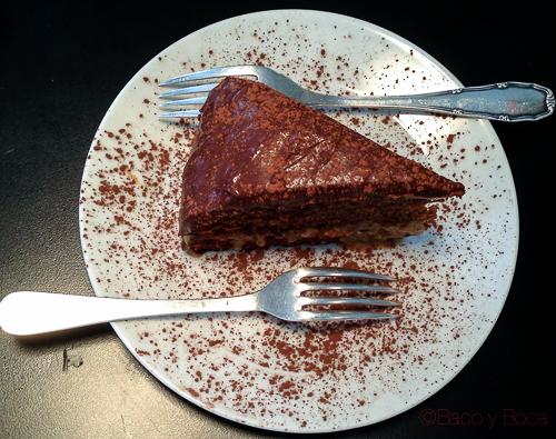 Pastel de chocolate relleno de dulce de leche tropico bcn baco y boca