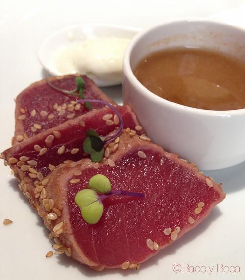 tataki atun con salsa de soja y helado de wasabi DOP Baco y boca