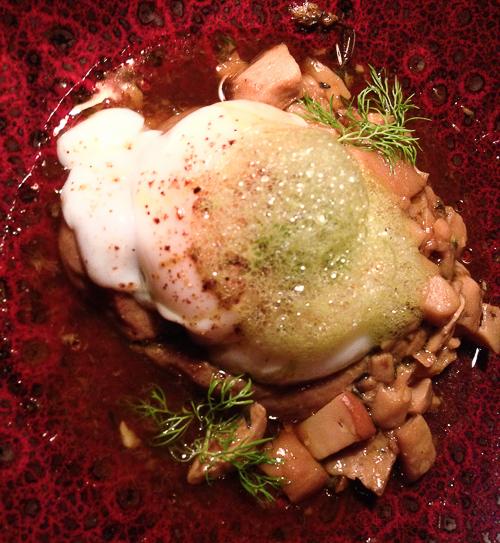huevo con caldo de jamon y ceps pla bacoyboca