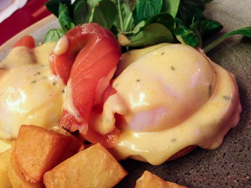 huevos benedictine con salmon bananas baco y boca