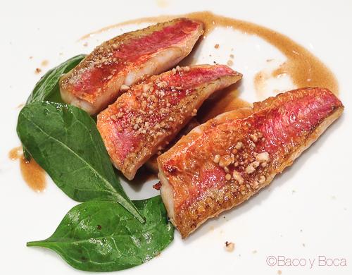 salmonetes Rosas con bizcocho y cacahuetes, espinacas y miel Osmosis Baco y boca