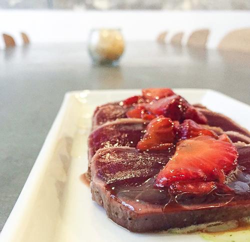 tataki de atun con vinagreta de fresas Aula canela fina baco y boca